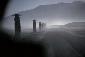 チベットの土の電柱 1985年、ウーセルさんのブログより