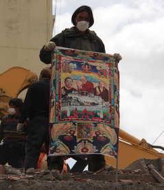 ジェクンド地震被災地、ダライ・ラマ法王のタンカ