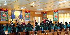 18.4.2010 法王は家族を失ったジェクンド出身の生徒たちを招く