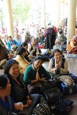 25.9.08ツクラカン、楽しげなチベット人席