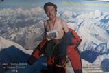 エベレストの頂上で裸になるシェルパ