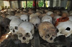 キリングフィールドから掘り出されて犠牲者たちの遺骨