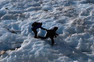 氷の階段をガワンに助けられながら下るN2