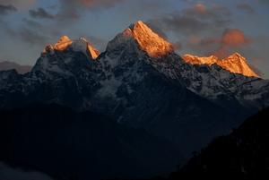 ターメ村より、左からカンテガ、タンセルク、クスンカンの三尊山