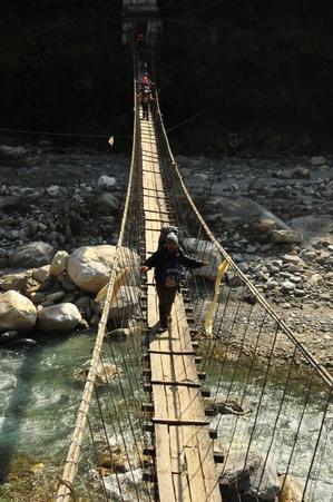 チメと吊り橋、ジヌーの下。