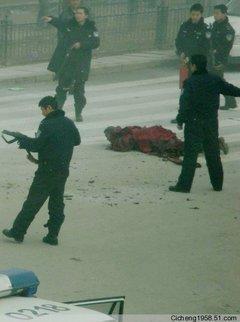 中国政府へ抗議の焼身自殺を図り銃撃され倒れた僧タベー
