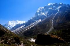 右手にランシサ・リ峰6427m,奥にゴルドゥン峰6480m