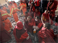 助けようとする僧侶を近づけない救助隊