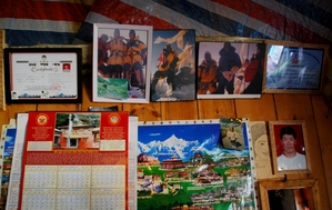 アン・サンポの家に飾られるチョモランマ登頂記念写真
