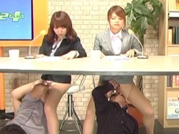 【エロ動画】女子アナ2人、下半身弄られながら原稿読み