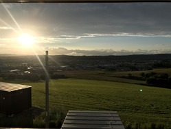 部屋の窓から見える夕日