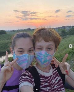 水原希子、姉妹が顔を寄せ合う写真に大反響「世界一かわいい」