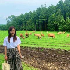 板野友美、牧場で牛と2ショットに批判殺到「今はお出掛け控えて」