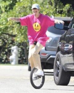 米 ジャスティン・ビーバー、一輪車に乗るも大コケ姿を激写される!