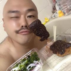 クロちゃん、「いただきますだしん」お風呂で味噌カツとサラダを食べて批判殺到