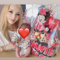加藤紗里、娘を抱いた親子ショットに大反響「顔がママ」「優しい顔になった」
