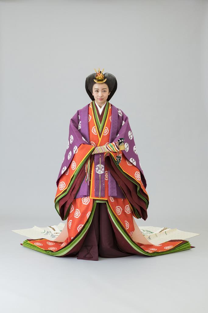 麗しき佳子様、即位礼正殿の儀で艶やかな十二単衣姿  idolland