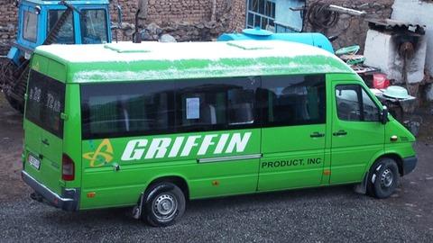 雪が積もったバス