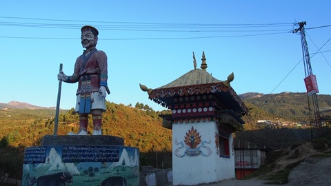 モンパ国 初代王の像