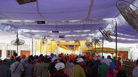 寺院参拝に並ぶ人