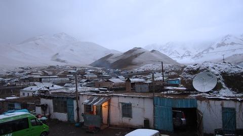 朝 雪降る宿の庭