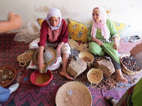 Women_Processing_Argan_Oil