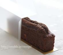 ホワイト&ストロベリーチョコのしっとりココアケーキ