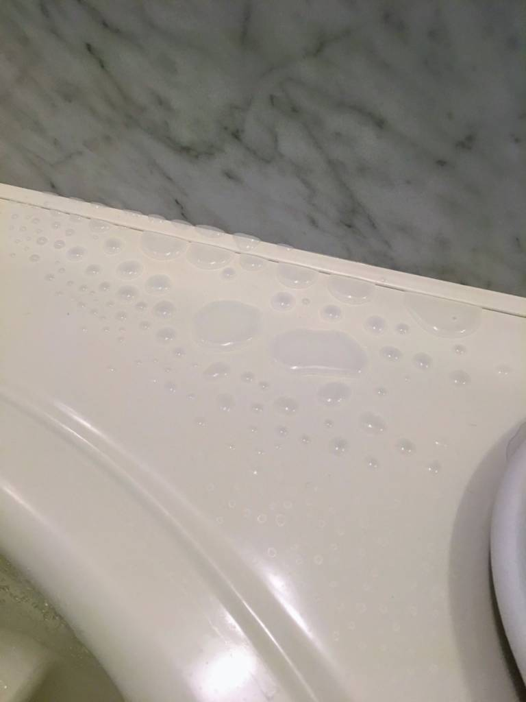 ガラスコーティング剤で水を弾く