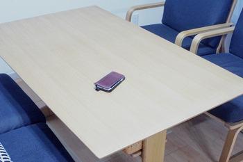 スマホがテーブルに置きっ放し