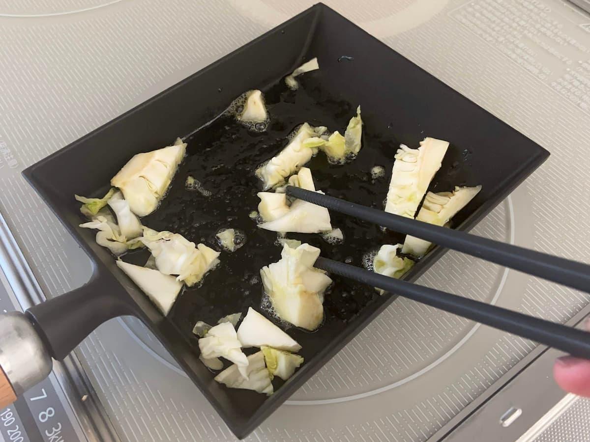 くず野菜を炒める