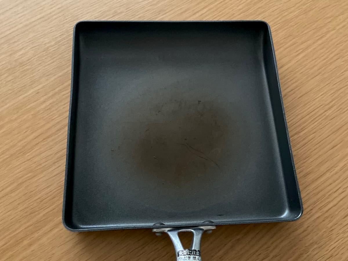 古いテフロン加工のたまご焼きフライパン