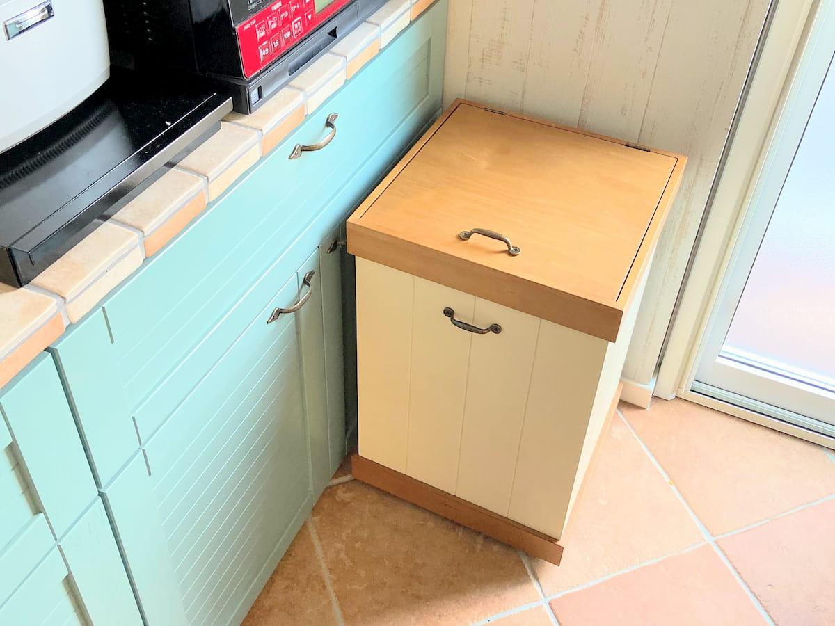 食器棚の手前にはゴミ箱が置いてあります