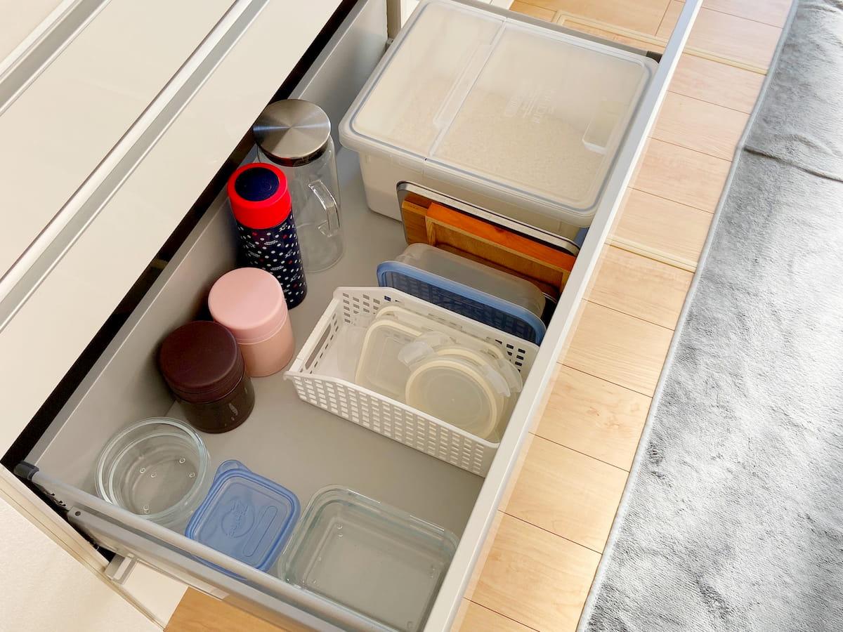 米びつを食器棚に入れる