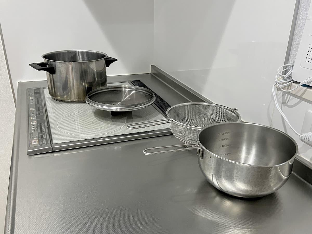 拭き上げた鍋を乾かす