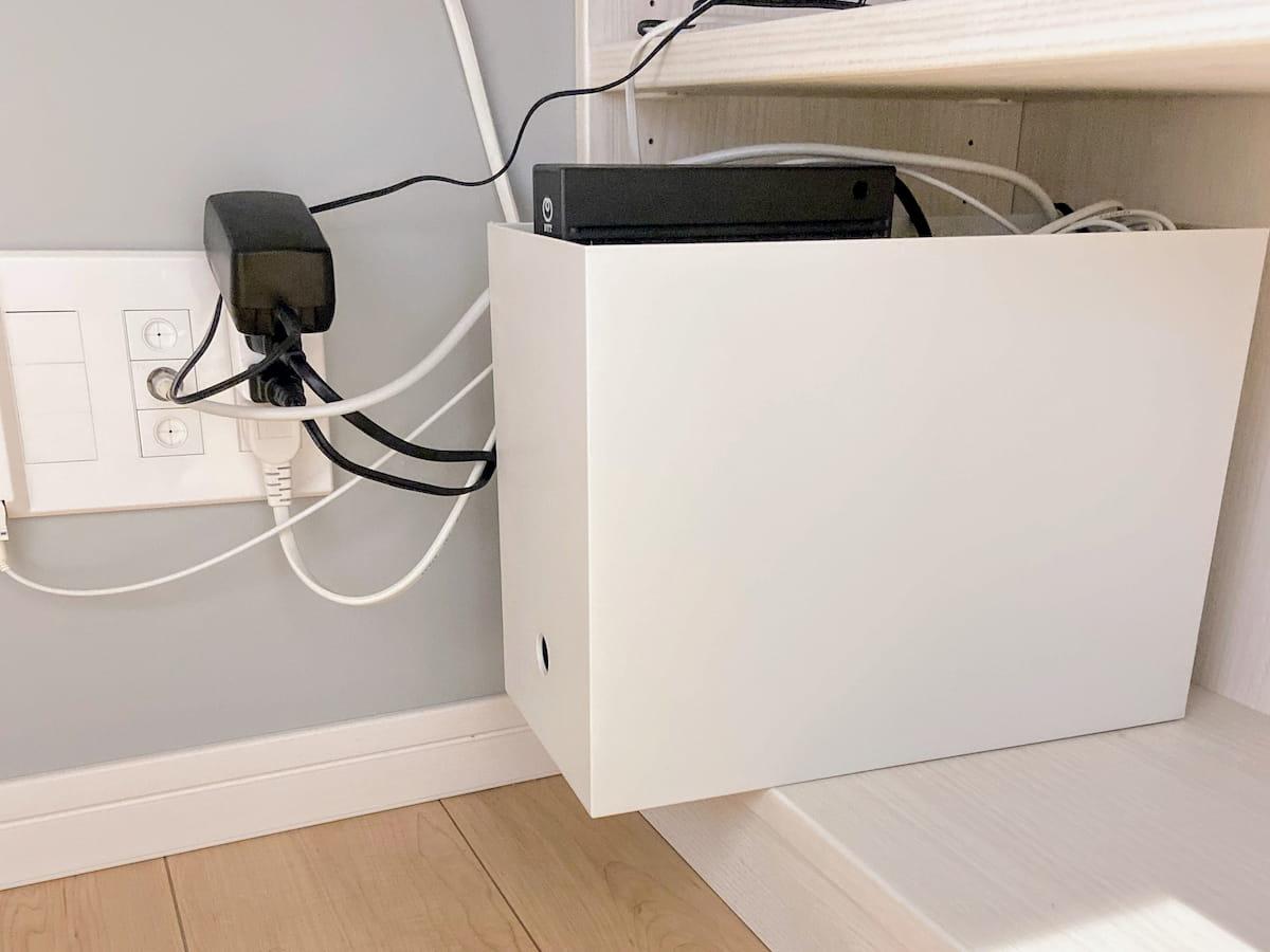 収納ケースを使って配線を隠す