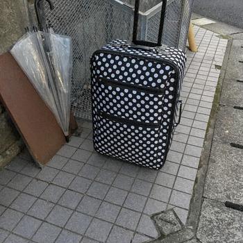 粗大ゴミのスーツケース