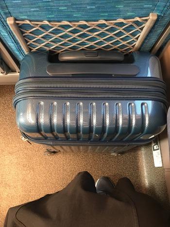 新幹線でスーツケースを置いてみた
