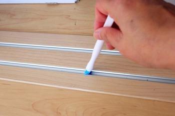 百均掃除道具でレールの溝を掃除