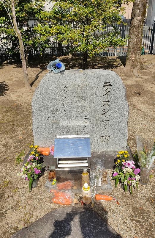 【悲報】ウマ娘オタクさん、ライスシャワーの石碑に青薔薇を乗せてしまうのサムネイル画像