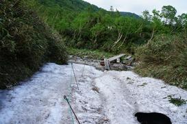楠川を渡ったら若干の残雪が