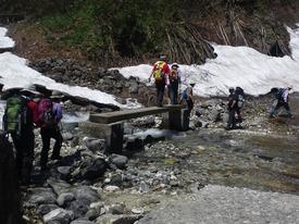 水量が多い沢は橋が架かっています