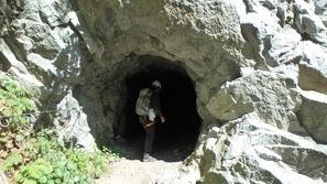 いくつかトンネル内を通過します