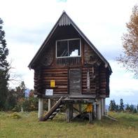 この小屋を過ぎたら登山道に入ります