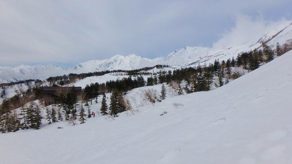 今日の白馬三山と栂池ロープウェイ山頂駅(中央左の樹林の中)