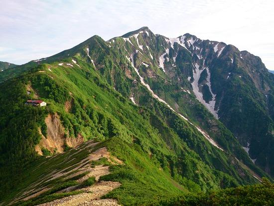 爺ヶ岳の稜線から鹿島槍ヶ岳を望む