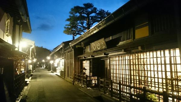 夕暮れの高山の街並み