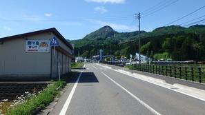 根知(ねち)集落を進んでいると正面に戸倉山が見えてきます