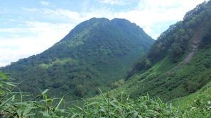 大倉乗越への登りで妙高山を振り返る