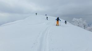 大渚山の山頂は広い雪面だった