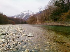 冠雪した焼岳と梓川